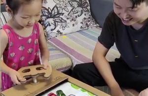 """""""玩具超人""""爸爸,用废纸箱给女儿做120件玩具,父爱令人感动"""