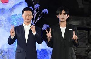 吴京和易烊千玺合影时的表情