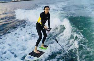杨颖晒冲浪视频,身穿黑色紧身泳衣,失去瘦身效果尽显真实身材