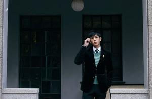 张若昀学长风造型,英伦绅士风度满满,戴眼镜的张若昀超帅!