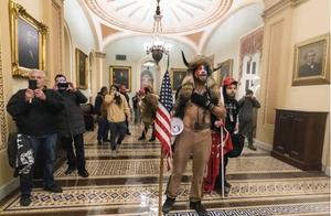 美国男子戴着工作证参与攻占国会大厦活动,起义失败还丢了工作