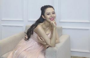 吉娜怀孕7个月终显孕味,穿粉色礼服露圆润身材,对镜甜笑好幸福