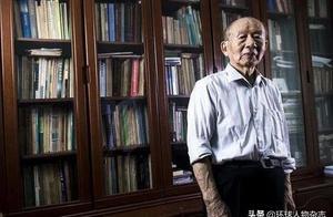 """他是95岁的""""钢铁侠"""",不买房却捐款千万助学,一件衬衫穿30年"""