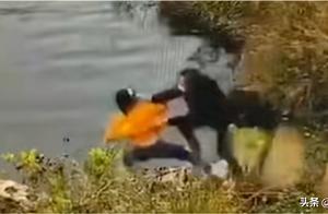 细思极恐!女子系鞋带被同伴推下水库!防人之心不可无