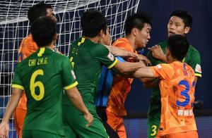 中超今晚大规模冲突!球员直接动手,韩国裁判赛后被保安护送离开