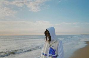 白色卫衣搭配羊羔绒马甲,刘雯在海边演绎不同风格,清新又保暖
