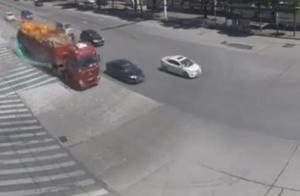 """一车货物突然起火,司机当机立断送""""火""""上门,直接开到了消防队"""