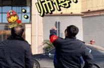 两男子欲轻生消防员:先下来把你们车开走 我们放安全气垫
