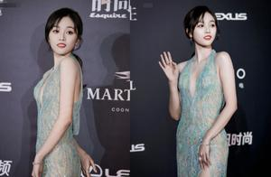 青蓝色露背长裙亮相,吴宣仪演绎性感热辣美,是人鱼公主没错了