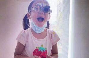 """心疼!贾静雯5岁女儿咘咘检查出""""先天弱视"""",两眼相差600度"""