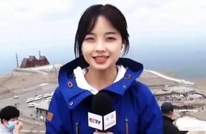 """王冰冰不愧""""最美记者"""",穿红大衣配白毛衣美成初恋,笑起来真甜"""