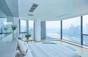 民宿有网红落地窗,看重庆江景特别棒,而且房间还配了迷你书架