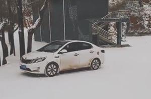 雪天开车没防滑链,小伙这样上坡,这技术一看就是老司机!