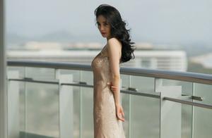 杨幂好美呀!身穿香槟色礼裙,卷卷的长发颇有港风韵味