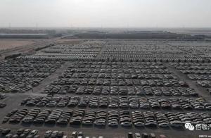 """全是名牌!迪拜""""豪车坟场""""实拍 奔驰G63/法拉利/宾利/劳斯莱斯遍地都是"""