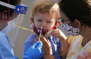 美国感染新冠病毒儿童超100万,美国专家:悲惨且令人震惊