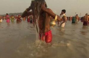 印度人爱在恒河里洗澡,并且还喝上几口,这水香吗?