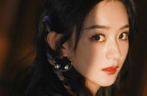 今日份甜酷女孩–赵丽颖粉蓝编发元气十足,甜酷转换自如。