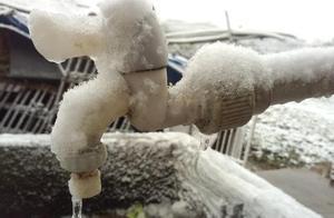 气温太冷,山东青岛海浪翻涌瞬间被冻住,网友:太壮观了