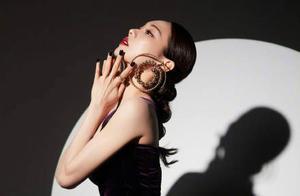 """王霏霏惊艳《蒙面唱将》,胯宽穿丝绒裙""""挤""""得没褶皱,曲线抢镜"""