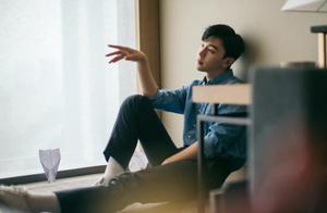 邓伦浅蓝牛仔衬衫出席活动,在光影间彰显时尚,不愧是精致美男子