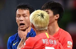 苏媒报道恒大战苏宁 用韦世豪锁喉高天意当封面 点评决赛无名局