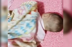 妈妈以为把娃哄睡着了,结果掀开被子万万没想到,网友:眼神到位