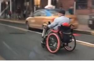 """""""残疾人""""坐轮椅飙车,汽车都追不上,路人看后笑喷了"""