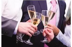 24岁妻子陪客户喝出酒精中毒,小伙怒而爆料,负责人将妻子踢出微信群