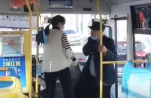 河南焦作一公交司机怒吼拒绝老人上车:看你臭得很 公交公司回应