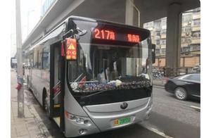 公交司机买1000多个哆啦A梦装扮车厢,送给小朋友,超有爱