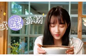 关晓彤看别人吃零食时候的表情像极了开心月半的你