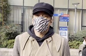 胡兵独自看眼科真时髦,穿卫衣配报童帽,189身材在医院太抢眼