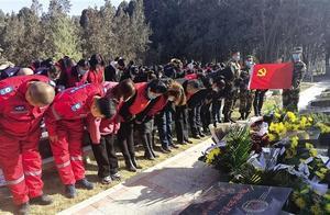 """兰州市社会各界纪念""""卫国戍边英雄""""陈红军烈士 百名志愿者在烈士墓前重温入党誓词"""