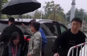 杨迪最尴尬的事!保安认错人给助理打伞,但保安回应拒不承认接错
