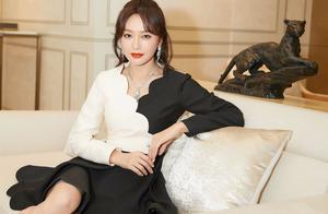 林志玲与秦岚同拍圣诞写真,44岁和37岁竟毫无差别