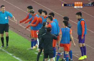 争议,鲁能2-1到1-2!VAR吹掉进球,1分钟后国安反超,全队怒了