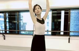 张钧甯跳芭蕾照片,展现优雅活力感,短发造型时尚显气质