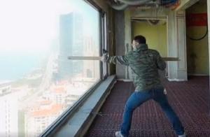 网红为了检测玻璃质量,在41楼用木棍猛敲落地窗,物业:坚决禁止
