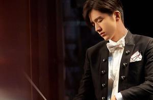 张新成新剧片花曝光!穿西装变身指挥家和林允演情侣,弹钢琴帅炸