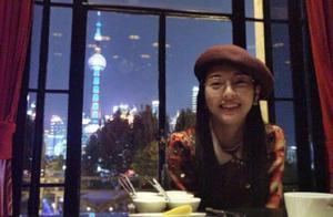 唐嫣和罗晋庆结婚两周年,对镜甜笑一脸幸福,桌上铺玫瑰花好浪漫