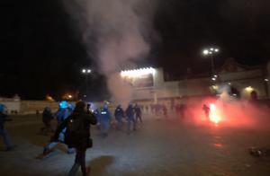 火光四射!意大利极右翼分子抗议政府封锁,用烟花与防暴警对轰