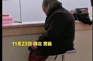 老人独自冒雨交医保被拒收现金,满脸无助,该工作人员正在调查中