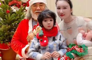 """张纪中扮""""圣诞爷爷""""毫无违和感,老夫少妻宠溺,明星组团过圣诞"""