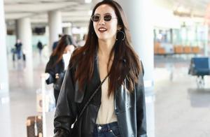 蔡文静一身皮风衣走机场,长发飘飘气质太强,看着好像女总裁