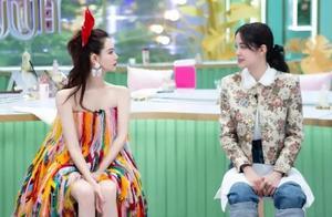 戚薇穿炫彩流苏裙上节目,头戴蝴蝶结甜美可爱,状态完胜欧阳娜娜