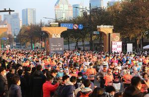 2020年上海马拉松鸣枪起跑 9000名跑者健行申爱活力重燃