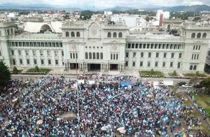 危地马拉城爆发大规模抗议示威活动 国会大楼遭纵火