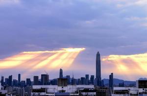 大年初四清晨8点,深圳CBD上空瞬间万道霞光!很美但很多人没看到