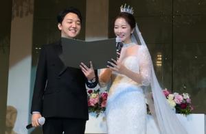 34岁裴涩琪结婚,婚礼现场首曝光,与老公甜蜜对视灿笑超恩爱